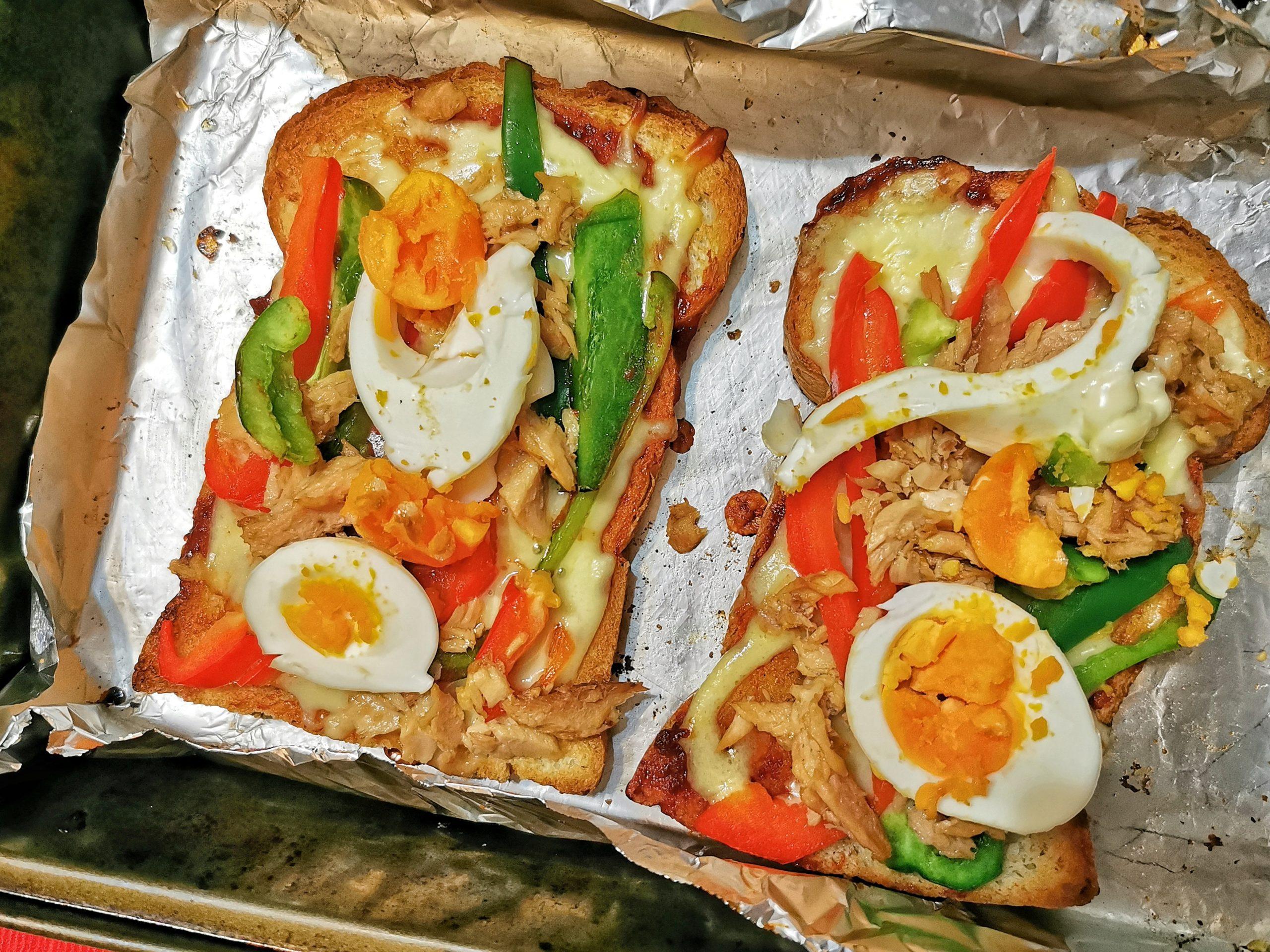 Breakfast pizza toast